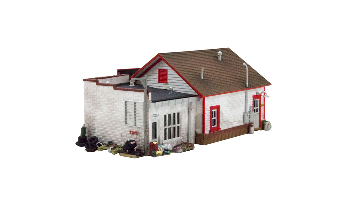 BR5025 Woodland Scenics Country Garage Built and Ready Structure.