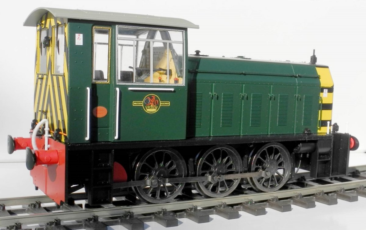 2591 Heljan Class 05 Diesel Shunter in Green livery with wasp stripes