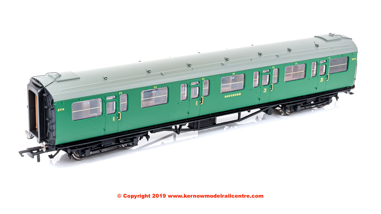 R4882A Hornby SR Bulleid 59ft Corridor Composite Coach number 5719 in SR Green livery