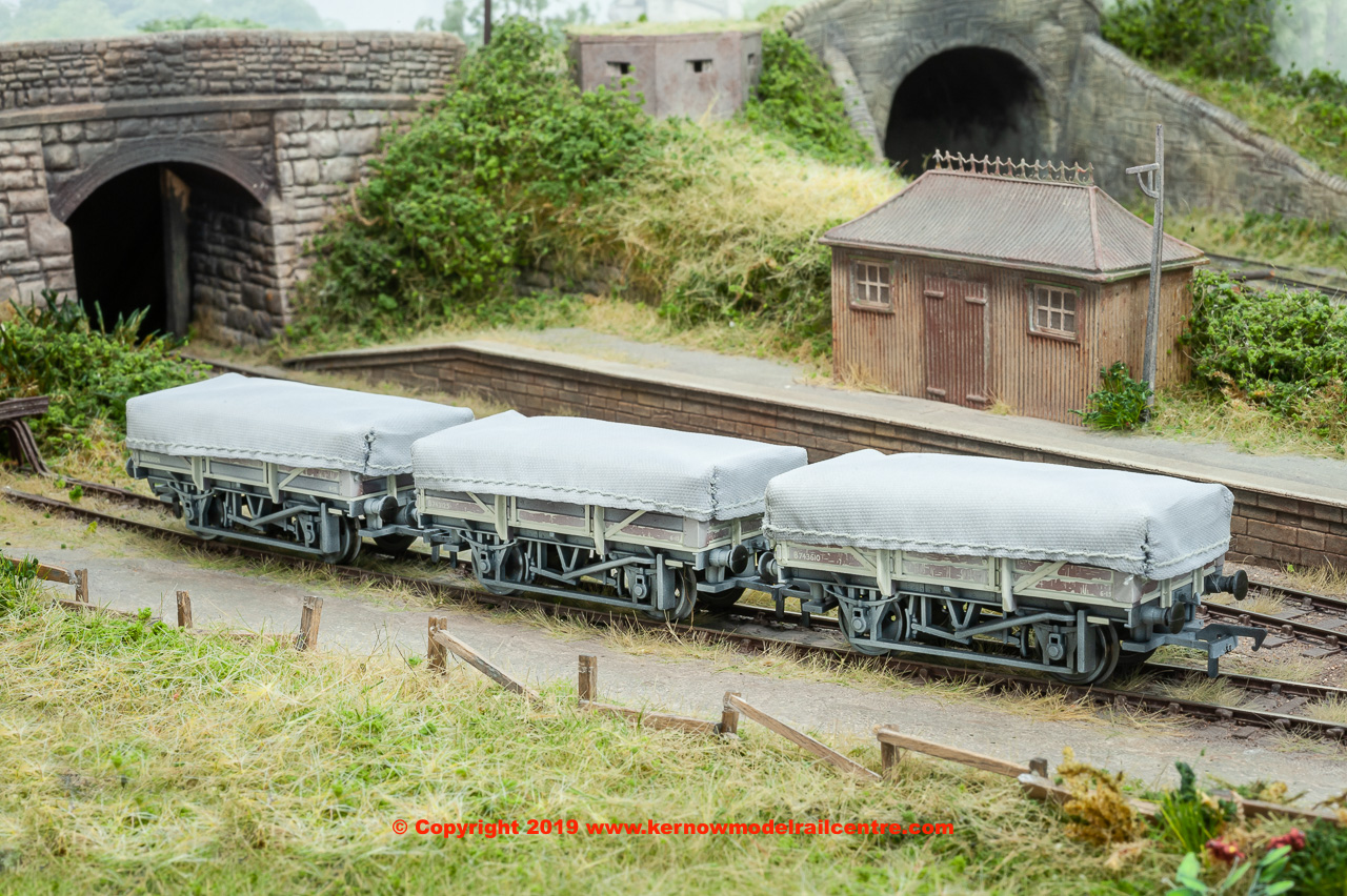 33-080T Bachmann China Clay Wagon in BR Bauxite livery with flat tarpaulins (Pack of 3) with weathered finish