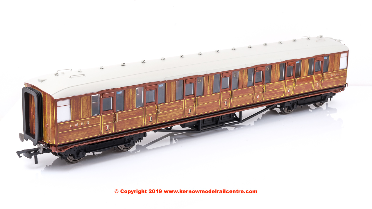 R4827 Hornby 61ft 6in Gresley Corridor First Coach number 31885 in LNER Teak livery