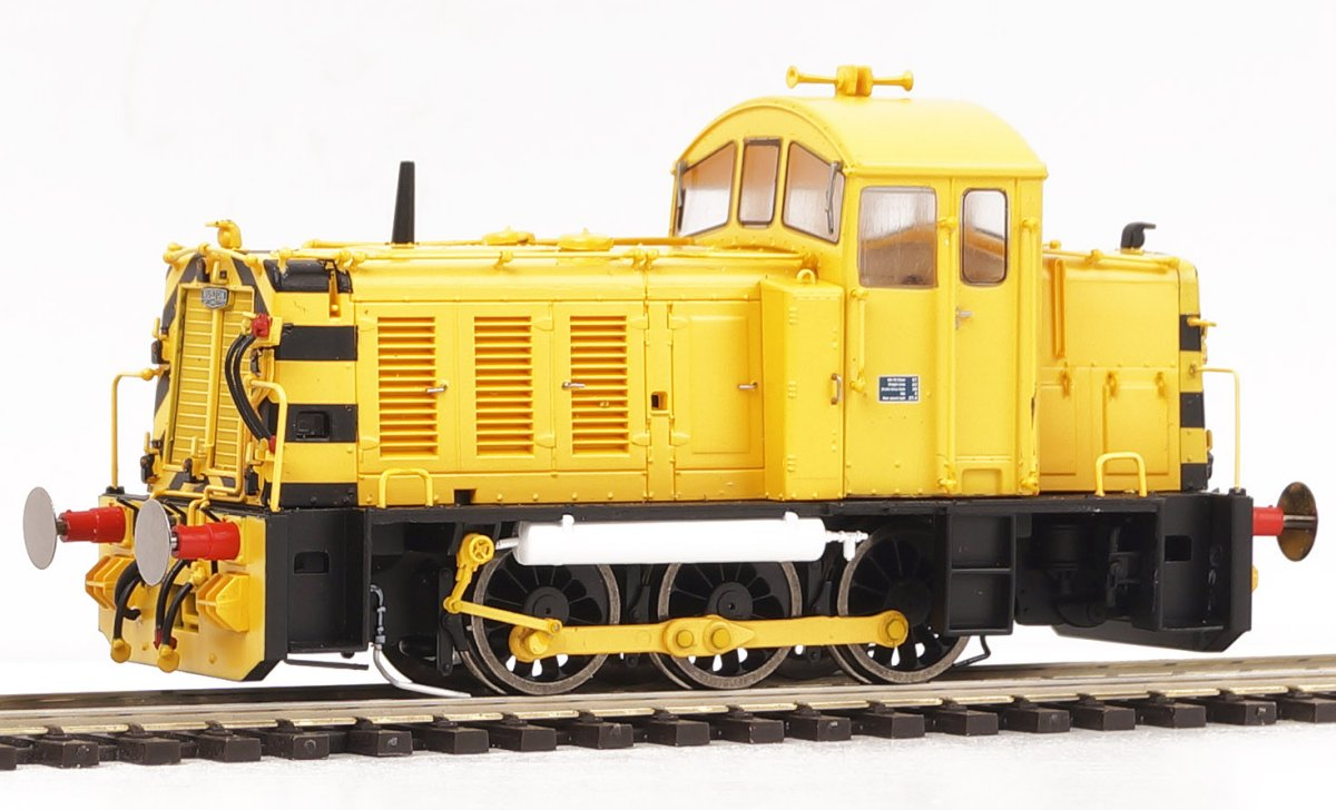 2912 Heljan Class 07 Diesel Shunter number 07 001 in Peak Stone Yellow livery