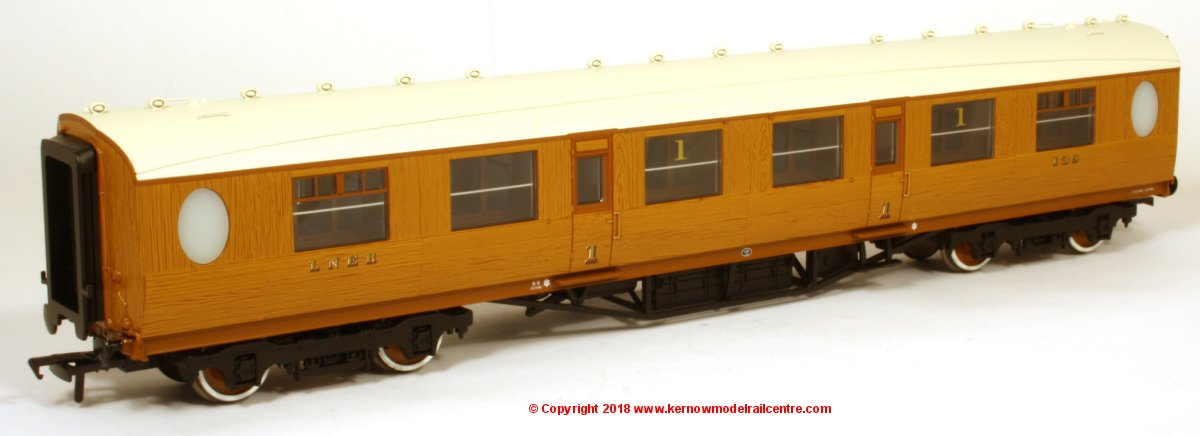 34-485 Bachmann Thompson 1st Class Corridor Coach number 138 in Simulated LNER Teak livery