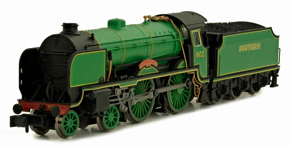 "2S-002-001D Dapol Schools Class 4-4-0 Steam Locomotive number 902 named ""Wellington"" in Southern Lined Malachite Green livery"
